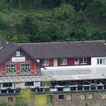 Die Panorama Pension Ahrklause mit Wald im Hintergrund.