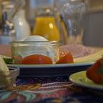 Frühstück mit Obst Tomaten Käse Orangensaft auf einem Tisch in der Panorama Pension Ahrklause Dernau.