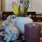 Osterdekoration auf einem Tisch mit einem Hasen und Tulpen in gelb und lila in der Panorama Pension Ahrklause Dernau.