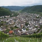 Blick aus den Weinbergen über Dernau. Ebenfalls zu sehen ist die Panorama Pension Ahrklause Dernau.