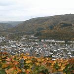 Aussicht auf Dernau und die Panorama Pension Ahrklause von der gegenüberliegenden Bergseite. Ebenfalls zu sehen der Krausbergturm.